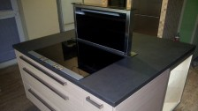 Funkčně řešený ostrůvek s varnou deskou a výsuvným odsavačem par Siemens