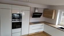 Kuchyňská linka s integrovanými úchytkami a spotřebiči Siemens
